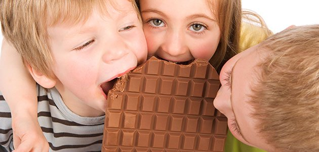 Niños comen chocolate