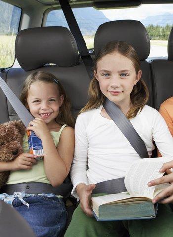 Niñas con cinturón en el coche