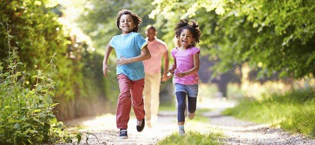 Niños corren