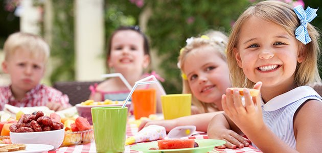 Niños merendando