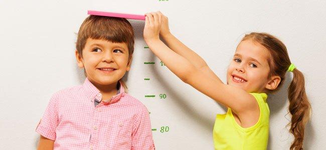 Niña mide a niño