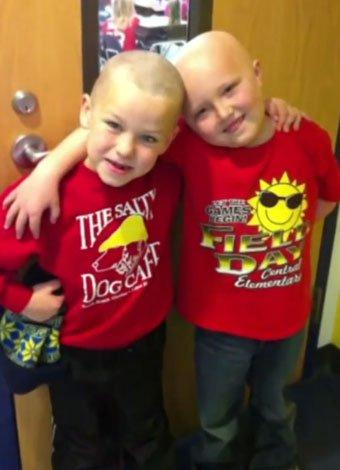 Niño se rapa como solidaridad a su amigo con cáncer