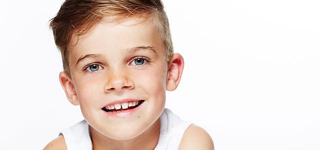Niño con dientes separados