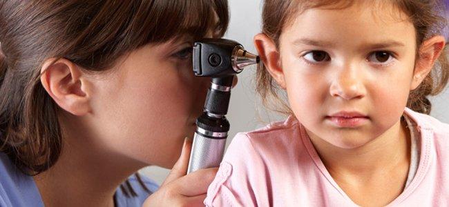 revisión de oído niña