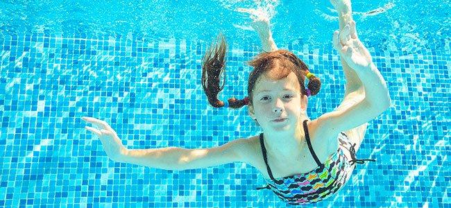 Por qué razón se ponen los ojos rojos en la piscina