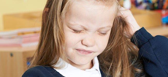Piojos en la cabeza de los niños