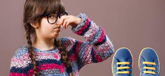 Cómo prevenir el mal olor de pies en los niños