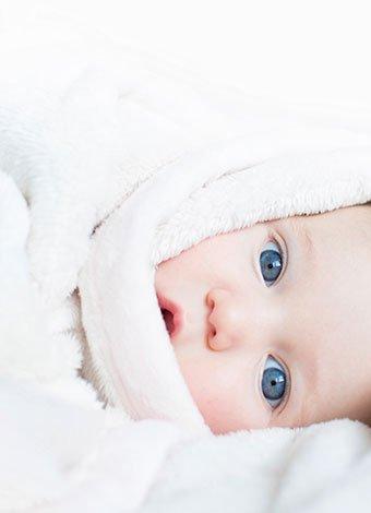 recién nacido con ojos azules
