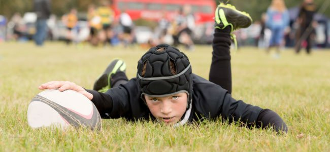 Niño jugando al rugby