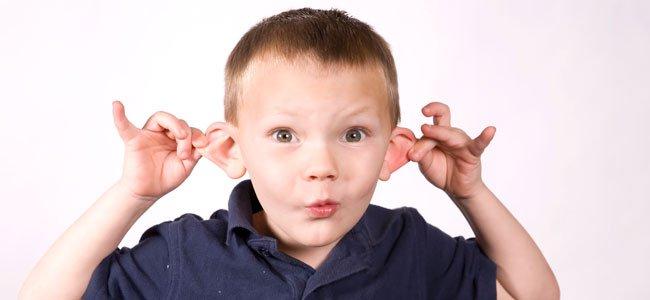 Niño con orejas de soplillo
