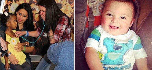 Escucha el corazón de su hijo en otra niña