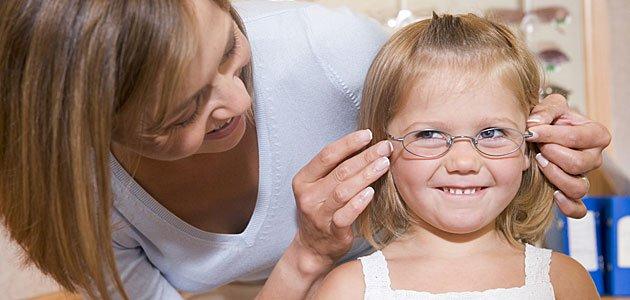 Niño con ambliopia u ojo vago