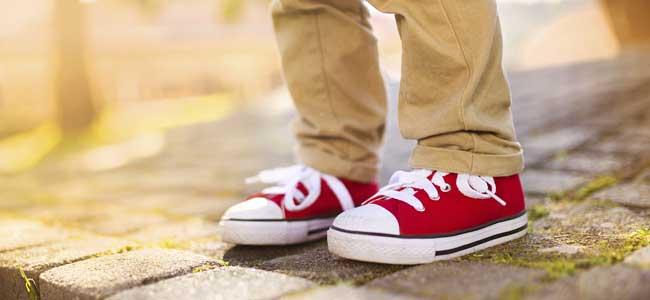 Pies de niño con zapatillas