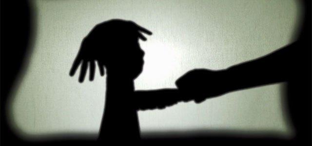 Niño pide ayuda sombra