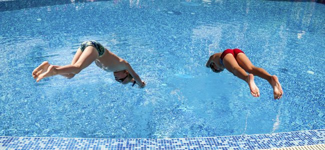 El peligro de zambullirse en la piscina