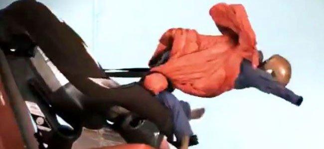 Niño que sale despedido del coche con el abrigo puesto